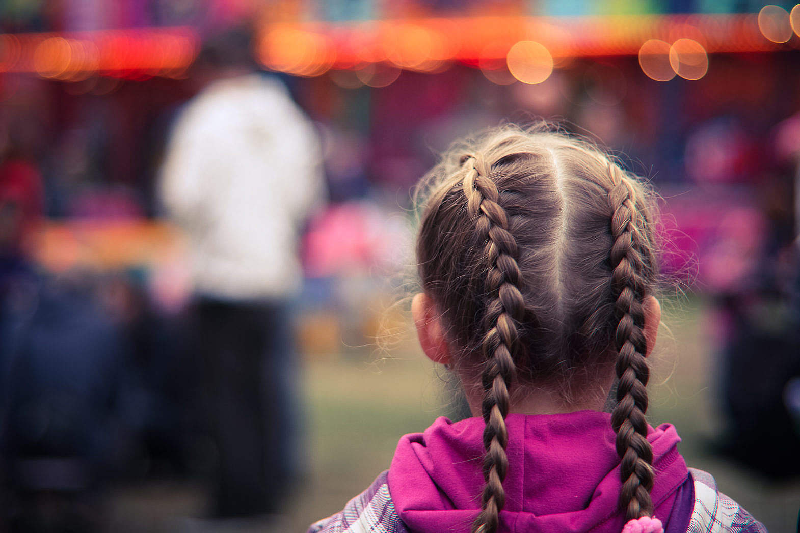 little-girl-in-amusement-park_free_stock_photos_picjumbo_IMG_5498-1570×1047